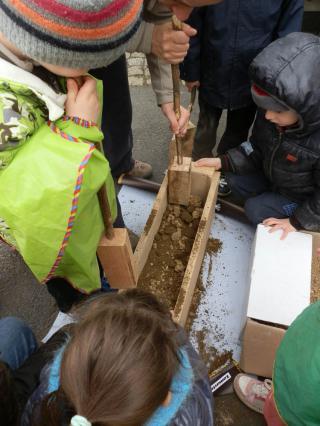 Projet fabrication d'un muret en pisé avec l'école de Saint-Julien-de-Coppel