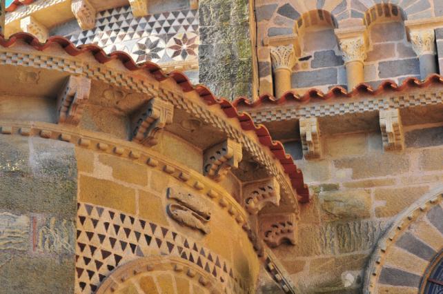 Décor du chevet de l'abbatiale Saint-Austremoine à Issoire
