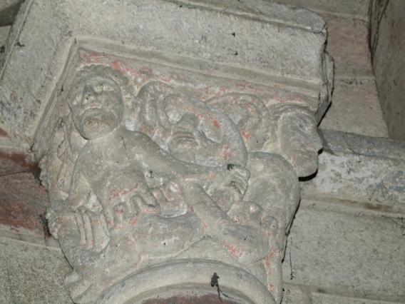 Chapiteau sculpté dans l'église de Saint-Dier