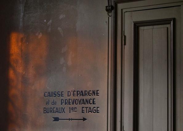 Entrée du bâtiment, indication des bureaux de la Caisse d'épargne