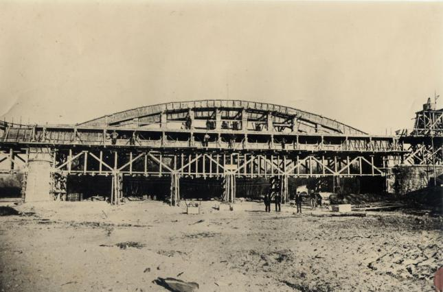 Pont Pakowski en construction- image d'archives