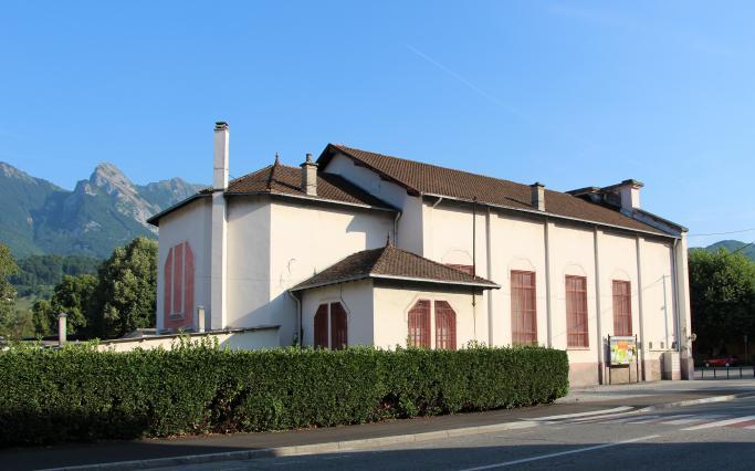 Vue de l'arrière de la salle du Val des Roses, où l'on retrouve la forme d'un chevet d'église