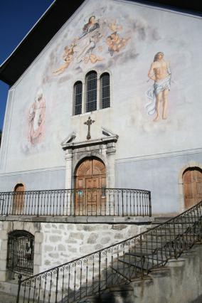Vue de la façade principale de l'église Saint-Grat