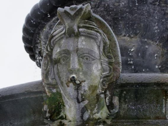 Détail d'un mascaron de la fontaine du Cibony, place de la halle