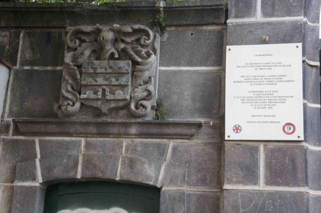 Blason et plaque commémorative de l'ancienne école des enfants de troupes