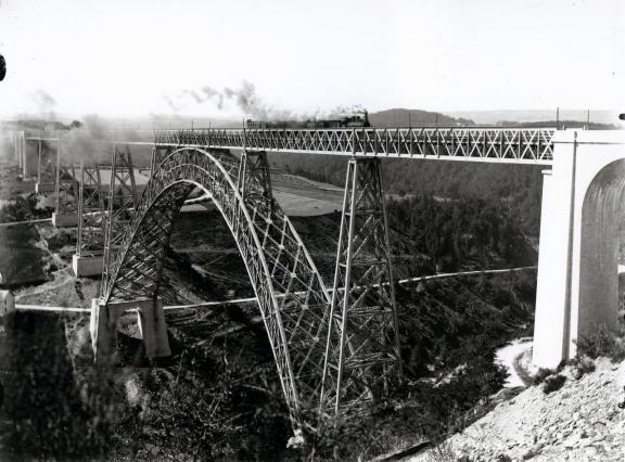 Passage du train à vapeur sur le viaduc