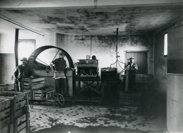 Ouvriers à l'emboutaillage au début du 20e siècle