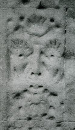 Détail de la façade. Masque