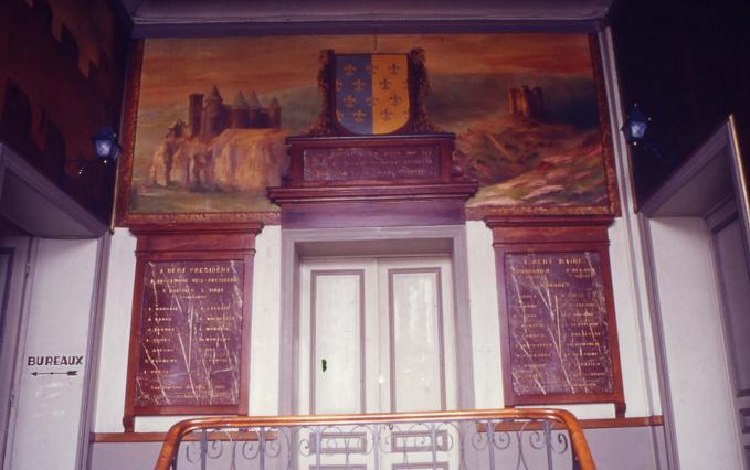 Armes de la ville flanquées du château d'Alleuze et de celui du Sailhant