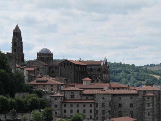 Le quartier cathédral du Puy-en-Velay , le bâtiment des mâchicoulis