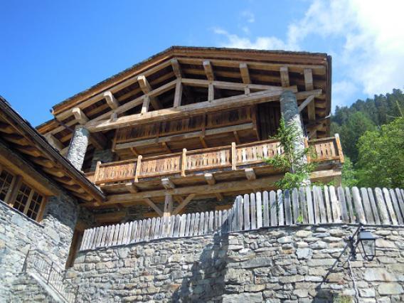 Sainte-Foy-Tarentaise, hameau du Miroir, maison à colonnes
