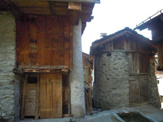 Sainte-Foy-Tarentaise, hameau du Miroir, détail de colonne