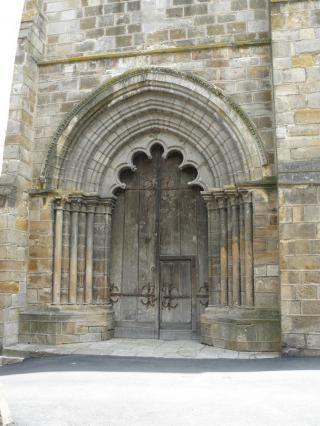 Portail occidental de la l'ancienne collégiale Saint Cerneuf