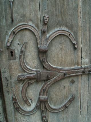 Détail des pentures du portail de Saint Cerneuf