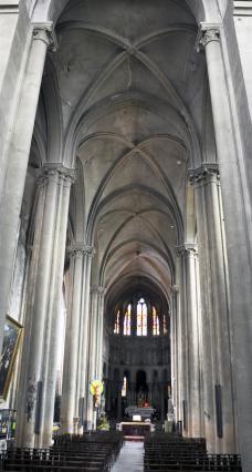 Nef gothique de la collégiale Saint Cerneuf