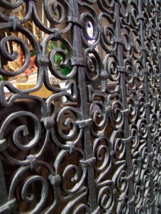 Détail de la clôture de chœur de la collégiale Saint Cerneuf