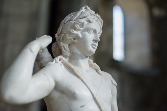 Apollon archer, 2e siècle après J.-C. Cette sculpture en marbre provient sans doute d'une domus, la maison de l'Atrium. Sa hauteur (105 cm) est courante pour des statues décorant les jardins.