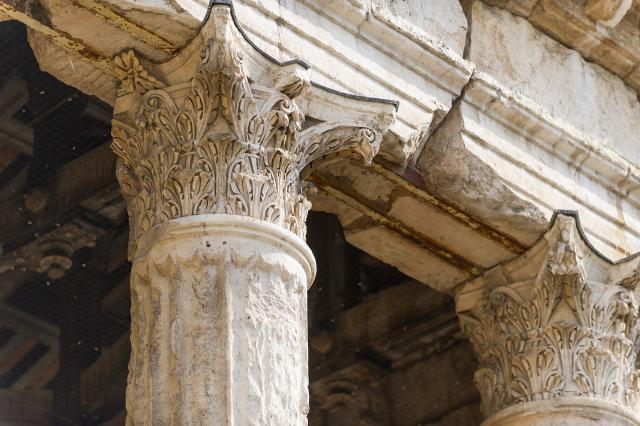 Chapiteaux corinthiens du temple d'Auguste et de Livie, Vienne