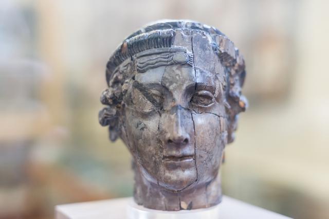Coffret en ivoire en forme de tête, 4e siècle, Musée des Beaux-Arts et d'archéologie, Vienne. Il doit s'agir d'un produit d'importation, qui témoigne des échanges entre Vienne et la Méditerranée.