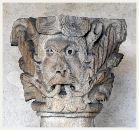 Colonnette déposée du clocher de l'église Saint-André-le-Bas, visible dans le cloître Saint-André-le-Bas, Vienne
