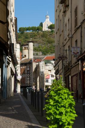 Dans la rue Joseph-Brenier la perspective jusqu'au sommet de la colline de Pipet résume l'histoire de la ville, avec les arcades du forum, une maison avec façade à pans de bois du 15e siècle, et la chapelle édifiée au 19e siècle