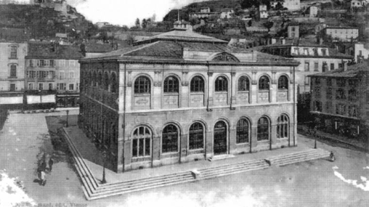 L'ancienne halle à grains de la place de Miremont est surélevée à la fin du 19e siècle pour abriter le musée et la bibliothèque.