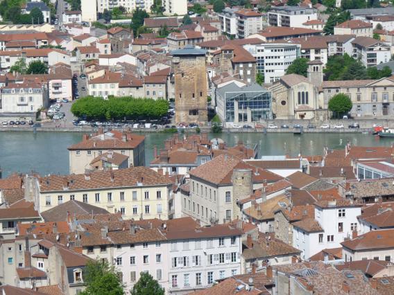 La Tour des Valois vue depuis le belvédère de Pipet