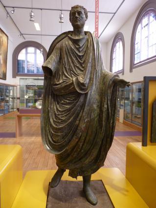 Statue en bronze de Caius Julius Pacatianus, Musée des Beaux-Arts et d'archéologie, Vienne. On ignore si la matière première provient de mines gauloises ou si elle est importée d'Espagne ou de Bretagne (Angleterre). La présence de Pacatianus est attestée