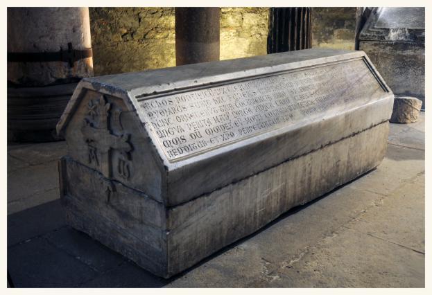 Sarcophage d'Aymar de Bernin, Musée Saint-Pierre, Vienne. Aymar, archevêque d'Embrun, meurt en 1245. Frère de l'archevêque de Vienne Jean de Bernin, il a été abbé de Saint-Pierre de Vienne.