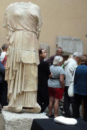 Statue féminine acéphale en péplos, musée lapidaire d'Aix-les-Bains