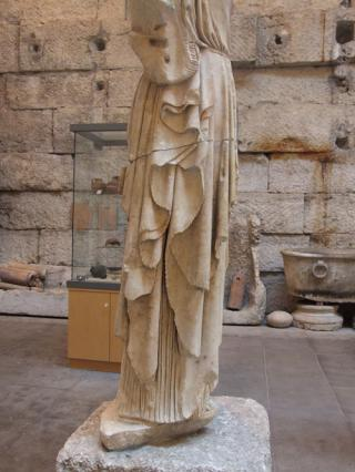 Détail du plissé de la statue, musée lapidaire d'Aix-les-Bains