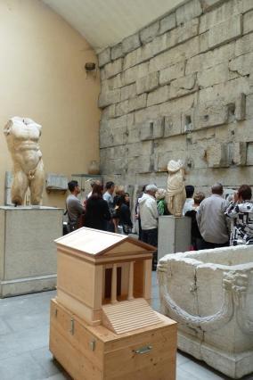 Maquette et intérieur du Temple de Diane, dans lequel est situé le musée lapidaire d'Aix-les-Bains