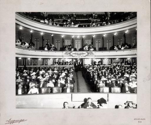 Photographie du public dans la salle du Théâtre, début du 20e siècle